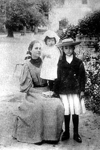 Учительница С.А. Иванова в Узком с дочерями П.Н. и А.В. Трубецких: Александрой (на руках) и Любовью. Фото 1895 г.