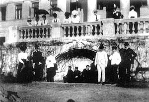 Трубецкие и их гости на террасе господского дома и перед ним (третий слева В.П. Трубецкой). Фото начала XX в.