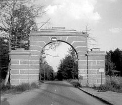 «Небесные» (западные) ворота — въезд в усадьбу со стороны Старокалужского шоссе (ныне с Профсоюзной ул.)